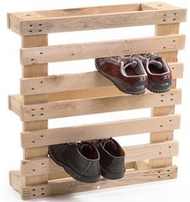 Scarpe armadio fatto con un pallet di legno
