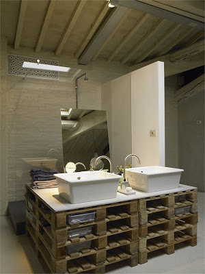 Controsoffitto della cucina e mobili da bagno realizzati con i pallet2