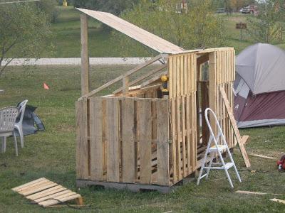fare un tribunale paintball con alcuni pallet riciclatimobili con pallet mobili con pallet. Black Bedroom Furniture Sets. Home Design Ideas