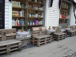 Panche di legno pubblici in cartone riciclato pallet di legno a Kristiansand, Norvegia