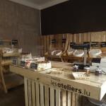 Piccolo negozio decorate e arredate con mobili fai da te pallet