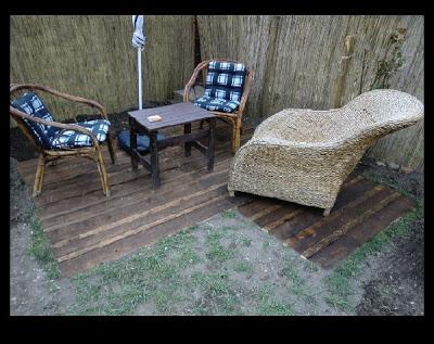 Piccolo piano patio esterno realizzato con pallet di legno