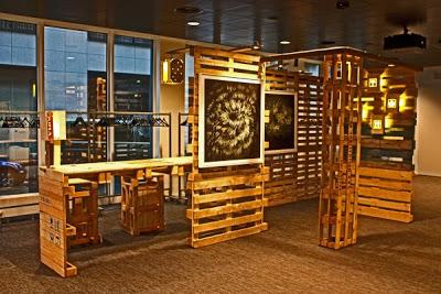Supporto per la visualizzazione di fotografie e un tavolo tutti realizzati con pallet riciclati