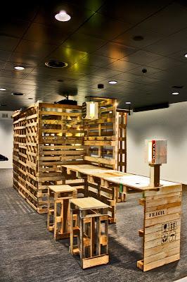 Supporto per la visualizzazione di fotografie e un tavolo tutti realizzati con pallet riciclati3