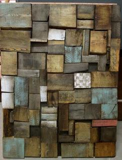 Un'opera d'arte fatta di pallet di legno riciclato