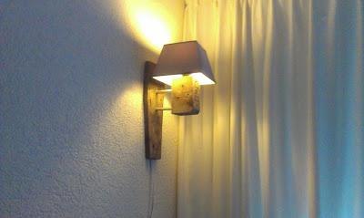 Bella lampada fatta con i resti di un pallet riciclato