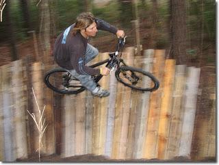 Circuito biciclette costruite con bancali di legno