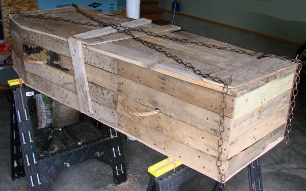Coffin Lowcost fatta di pallet di legno