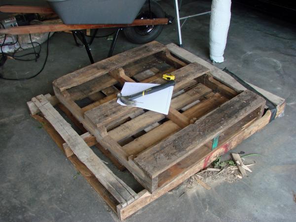 Coffin Lowcost fatta di pallet di legno2