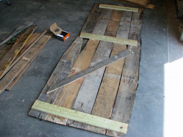 Coffin Lowcost fatta di pallet di legno3