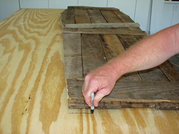 Coffin Lowcost fatta di pallet di legno5