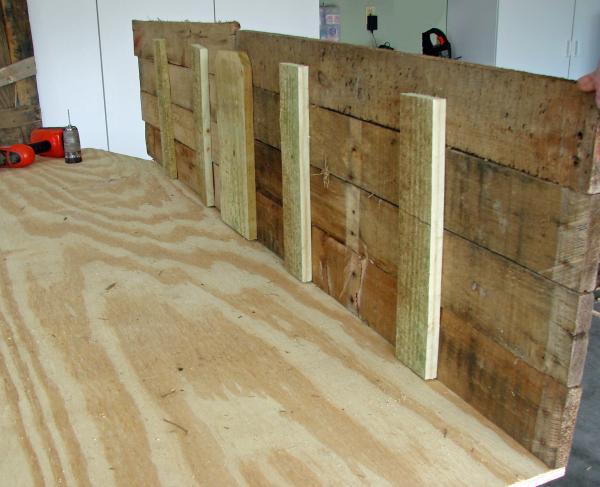 Coffin Lowcost fatta di pallet di legno7