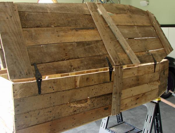 Coffin Lowcost fatta di pallet di legno9