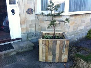 Come fare una fioriera esterna con pallet in legno