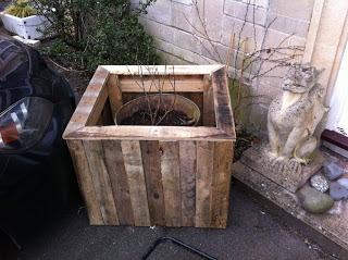 Come fare una fioriera esterna con pallet in legno7