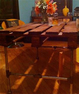 Costruire un tavolo con un pallet di legno e alcuni tubi in acciaio ...