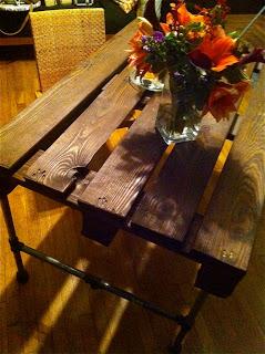 Costruire un tavolo con un pallet di legno e alcuni tubi in acciaio inox5