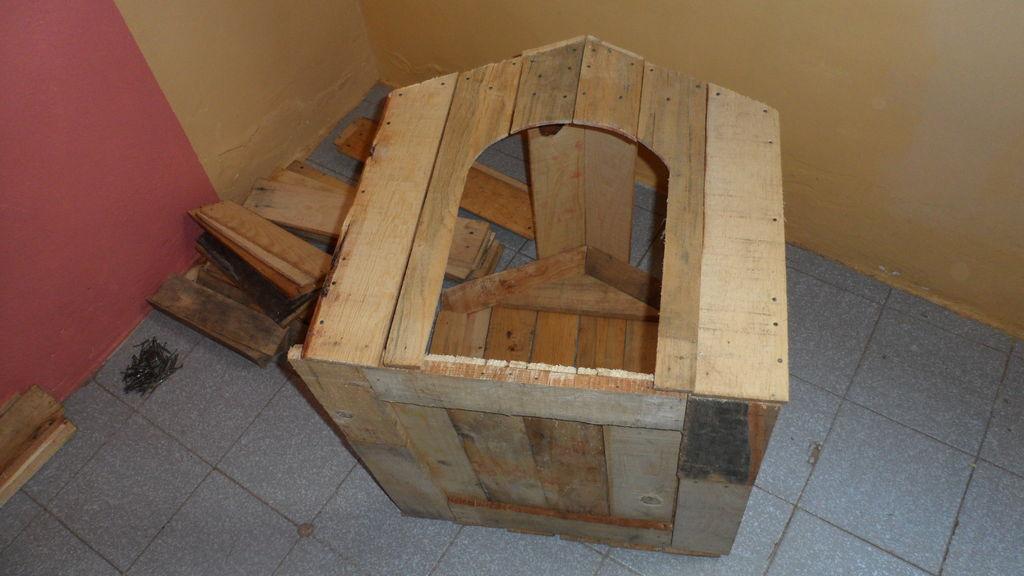 Costruire una cuccia pallet con scatole da frutto10