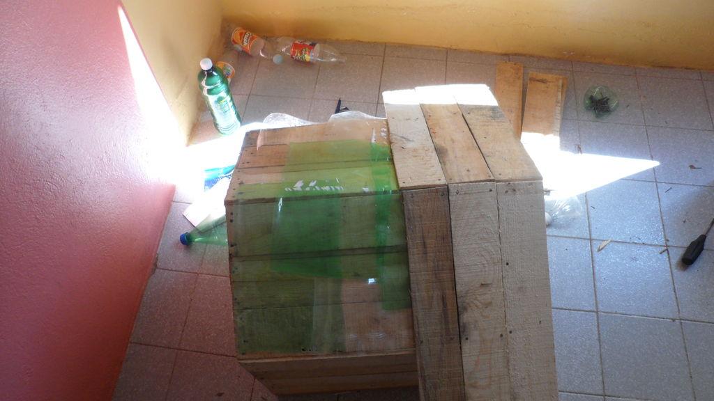 Costruire una cuccia pallet con scatole da frutto12