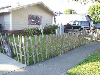Decora il tuo giardino su Halloween con un cimitero fatto di pallet