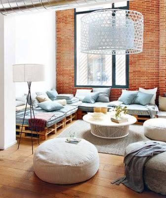 Divano Chill-out realizzato con pallet in un loft a Barcellona3