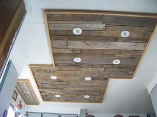 Illuminare in una cucina con tavoli pallet di legnomobili con pallet