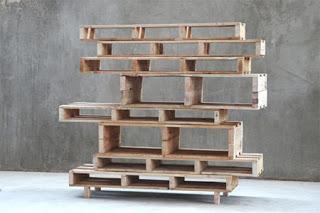 Libreria asimmetrica fatta di interi pallet di legno