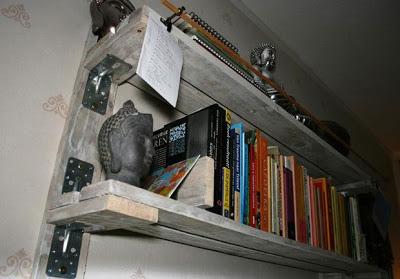 Mensola fatta di pallet per mettere i tuoi libri4