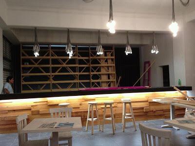 Pub  La Emolientería  a Lima in Perù completamente arredato con mobili in legno di pallet di legno3