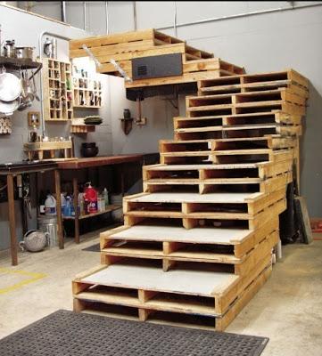 Struttura laterale formata da pallet per un loft o un garage