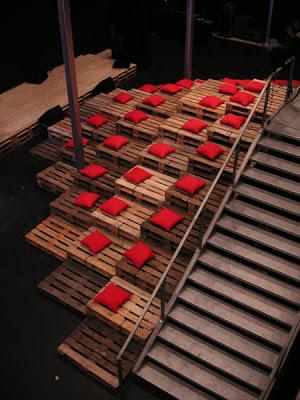 Teatro e gradinate realizzate interamente con pallet riciclati e costo 0