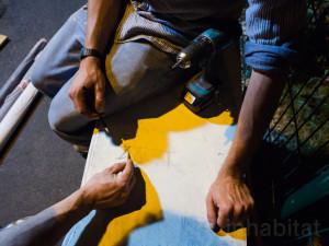 Guerrilla designers adornano le strade di Parigi , con mobili in legno di spazzatura3