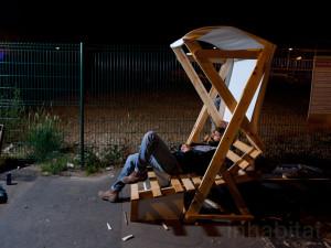 Guerrilla designers adornano le strade di Parigi , con mobili in legno di spazzatura5