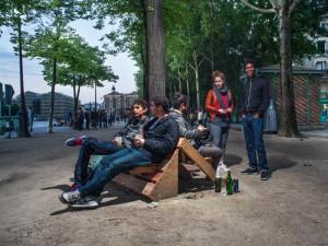 Guerrilla designers adornano le strade di Parigi , con mobili in legno di spazzatura6