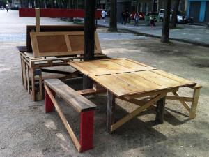 Guerrilla designers adornano le strade di Parigi , con mobili in legno di spazzatura7