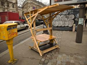 Guerrilla designers adornano le strade di Parigi , con mobili in legno di spazzatura8