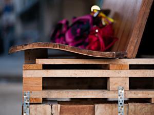 Guerrilla designers adornano le strade di Parigi , con mobili in legno di spazzatura9