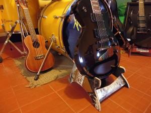 Supporto per chitarra e teschi realizzati da skateboard riciclati2