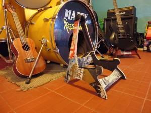 Supporto per chitarra e teschi realizzati da skateboard riciclati3