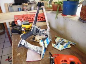 Supporto per chitarra e teschi realizzati da skateboard riciclati4