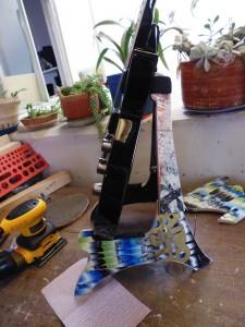 Supporto per chitarra e teschi realizzati da skateboard riciclati5