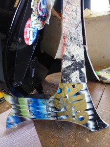 Supporto per chitarra e teschi realizzati da skateboard riciclati6
