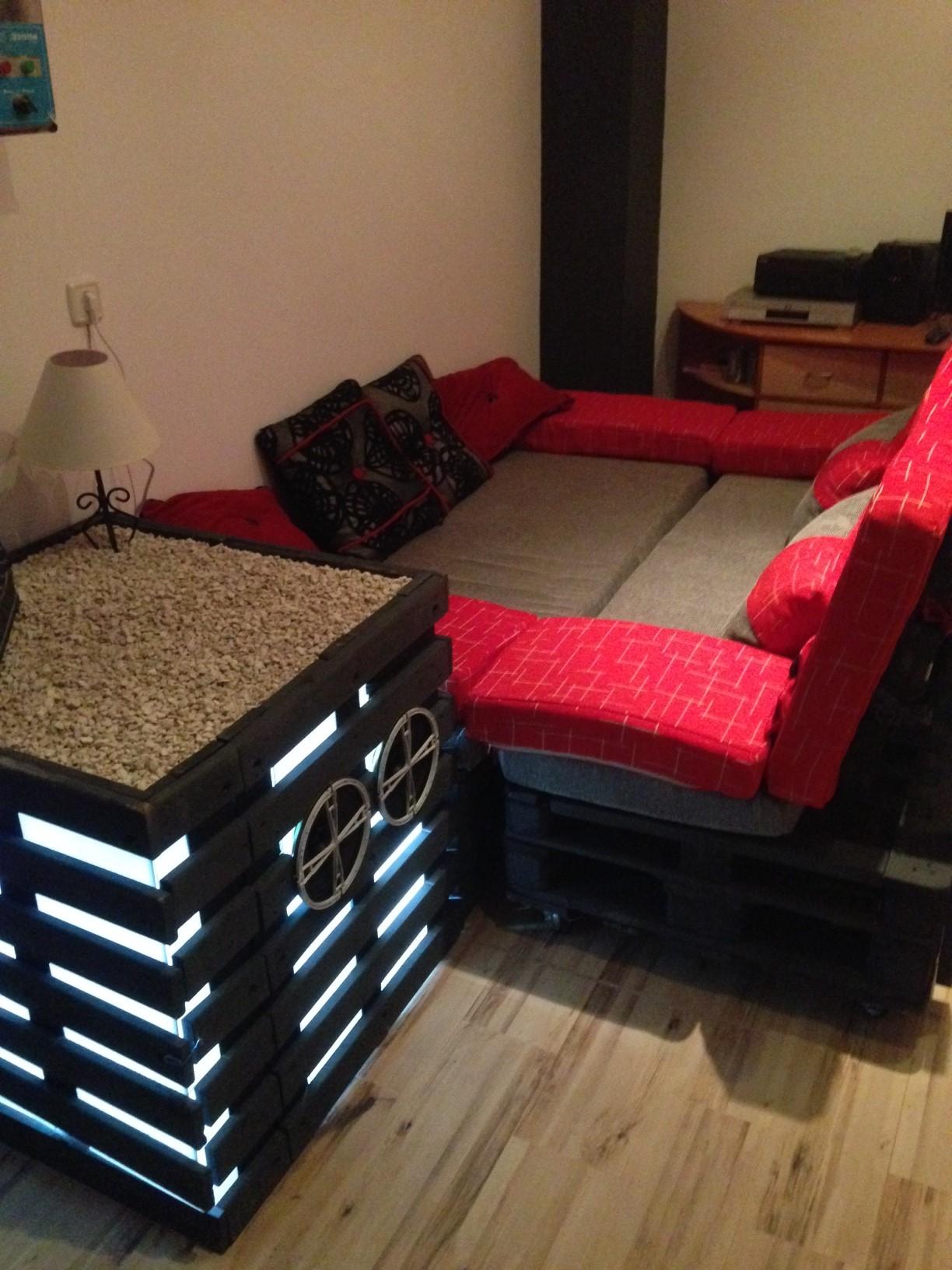divano e comodino home cinema fatto da palletmobili con. Black Bedroom Furniture Sets. Home Design Ideas