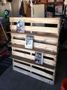 mensola per libri e sedia per esterni realizzata in pallet