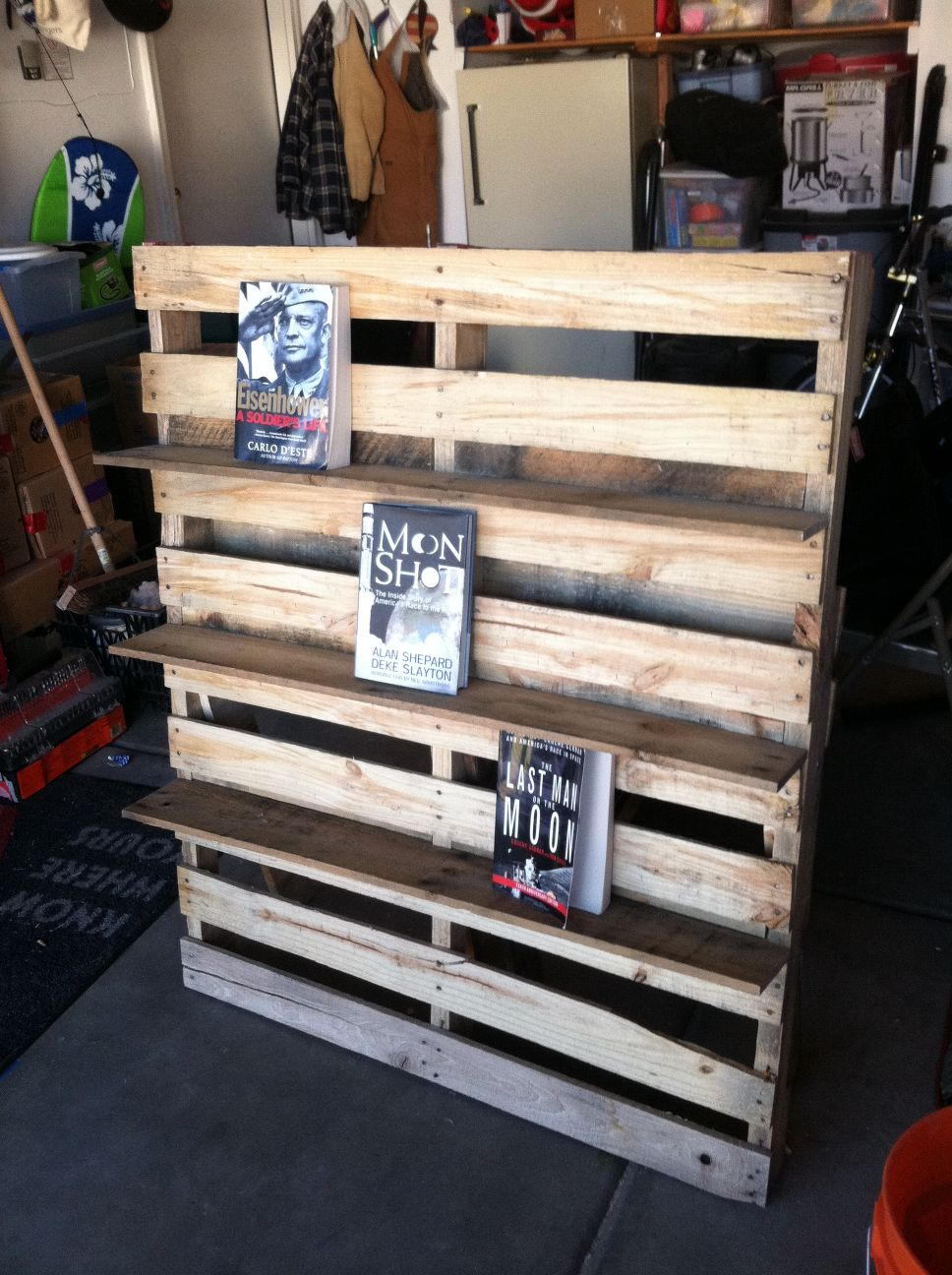 mensola per libri e sedia per esterni realizzata in palletMobili con ...