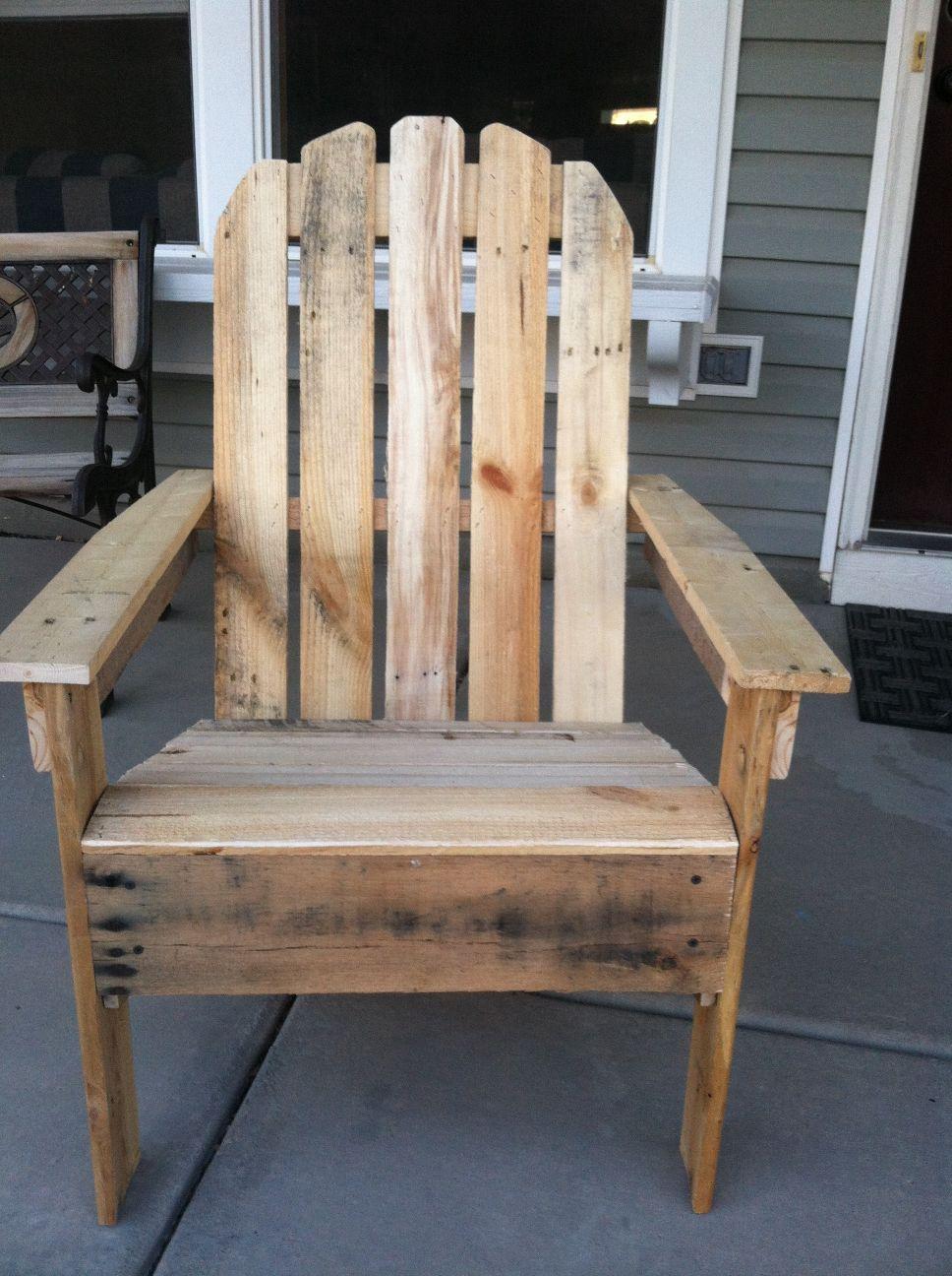 Mensola per libri e sedia per esterni realizzata in for Sedie fatte con pallet