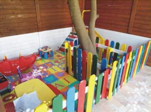 Asilo realizzato con pallet e piani di processo (3)