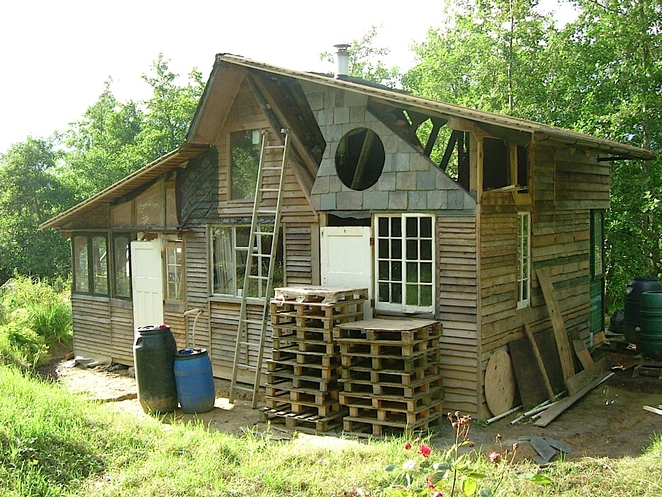 Silent haven una casa fatta di spazzaturamobili con - Contenitori spazzatura casa ...