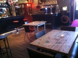 Tavoli di pallet presso il Cafe de Belgrado (3)