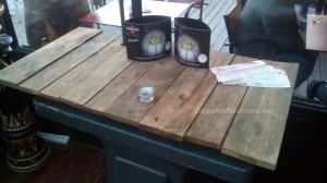 Tavoli di pallet presso il Cafe de Belgrado (4)